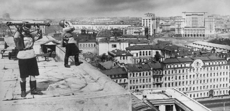 Служащие противовоздушной обороны ведут наблюдение с крыши Государственной библиотеки СССР имени В.И. Ленина. Сентябрь 1941 г.