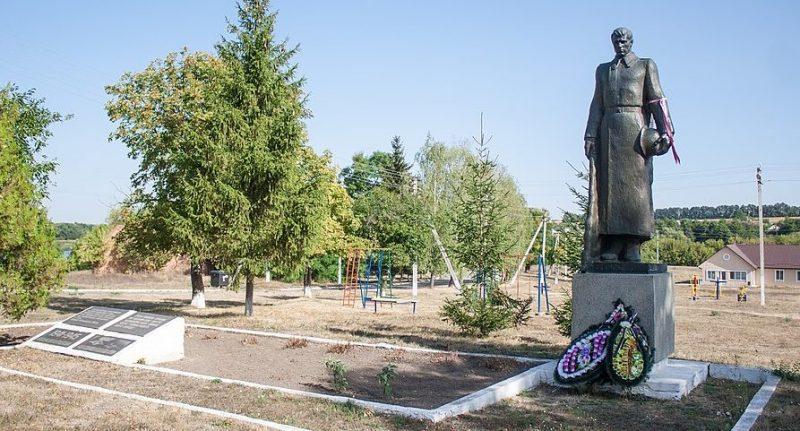 с. Аполянка Уманского р-на. Памятник, установленный на братской могиле советских воинов.