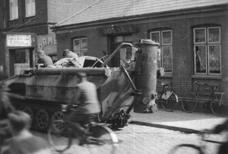 Газогенераторный бронетранспортер на улице Смелы. 1943 г.