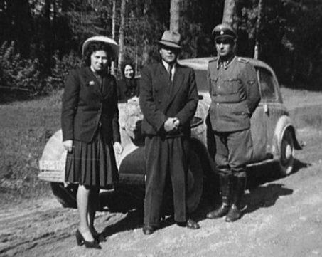 Таврин и Шилова с сопровождающим около выделенного им автомобиля.