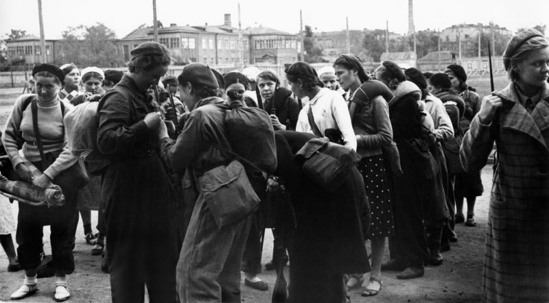 Девушки-ополченцы готовятся к отбытию на защиту Москвы. Сентябрь 1941 г.