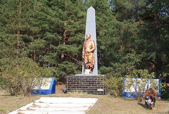 с. Думанцы Черкасского р-на. Памятник, установленный на братской могиле, в которой похоронено 7 советских воинов и памятный знак 113 односельчанам.