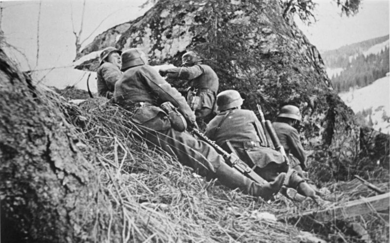 Немецкие войска в бою на дороге из Хонефосса в Багн. Апрель 1940 г.