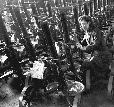 Работница оборонного завода Н. Монахова за приёмкой готовых 82-мм минометов. Февраль 1942 г.