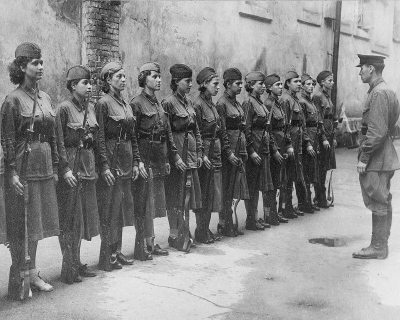 Женщины в строю во время военного обучения в Москве. Сентябрь 1941 г.