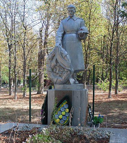 п. Бабанка Уманского р-на. Памятник, установленный на братской могиле советских воинов.