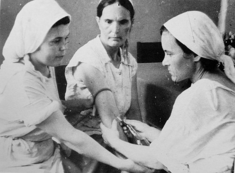 Жительница Ашхабада сдает кровь в городской больнице для переливания раненным бойцам. 1942 г.