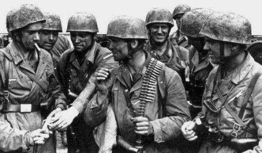 Немецкие десантники у захваченного форта Эбен-Эмаэль. 11 мая 1940 г.