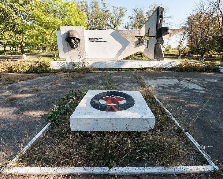 с. Семеновка Арбузинского р-на. Памятник, установленный на братской могиле, в которой похоронено 50 воинов, погибших при освобождении села.