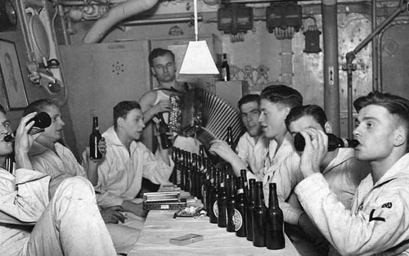Немецкие подводники на плавбазе. 1939 г.