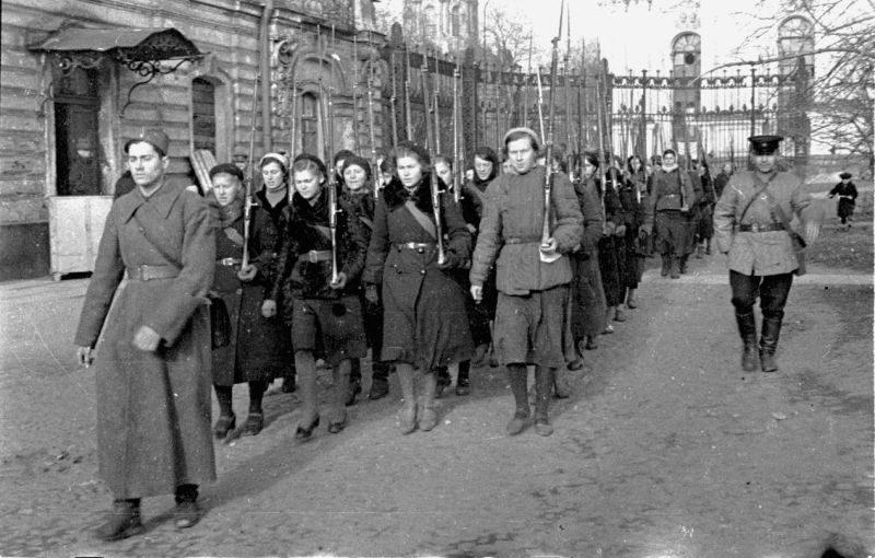 Женский стрелковый батальон на марше в Ленинграде. Октябрь 1941 г.