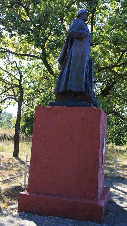 п. Ирдынь Черкасского р-на. Памятник, установленный на братской могиле 3 партизан и памятный знак в честь воинов-земляков.