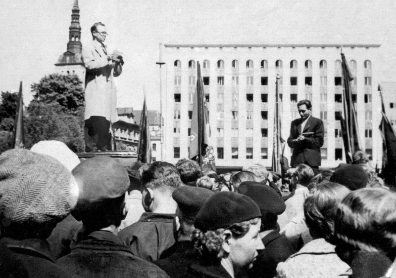 Митинг рабочих в Таллине, организованный по указанию приехавшего из Москвы члена Политбюро Андрея Жданова. 21 июня 1940 г.