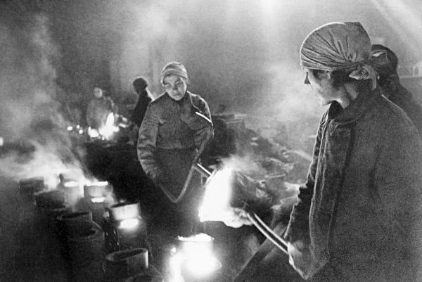 Женщины льют металл на ленинградском заводе. 1942 г.