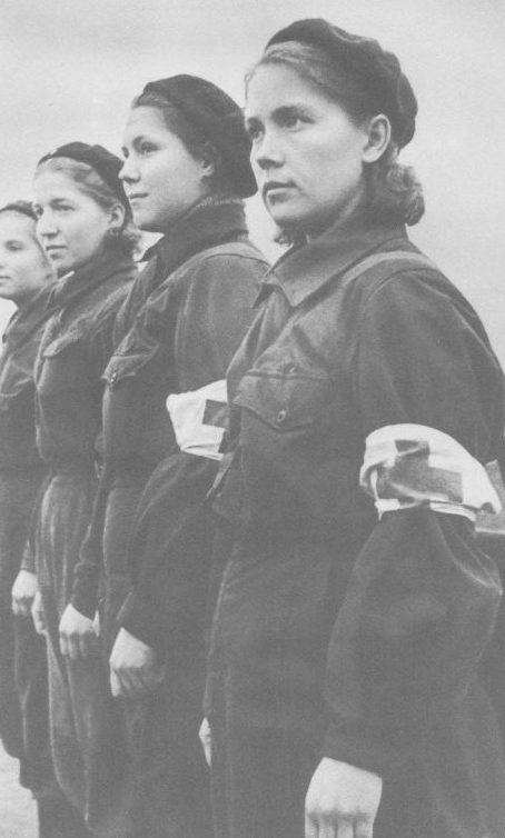 Девушки-сандружинницы рабочего батальона 1-го полка Московских рабочих. Октябрь 1941 г.
