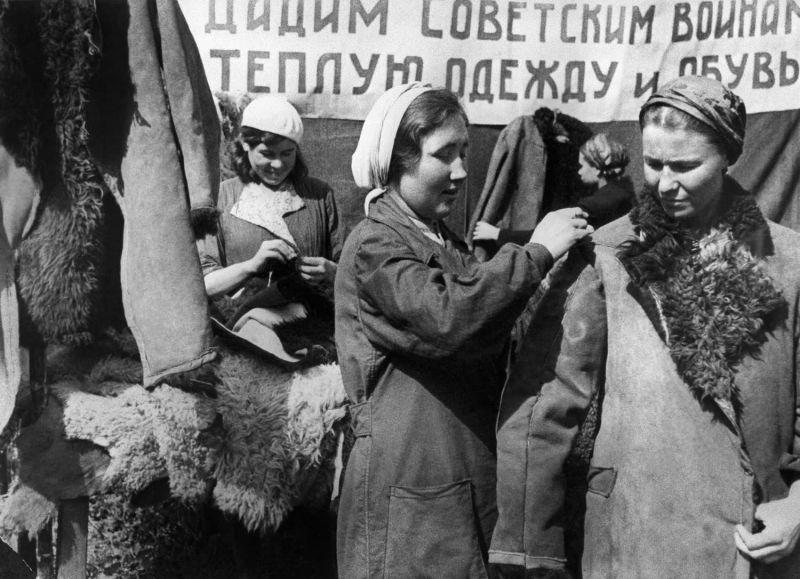 Женщины на производстве полушубков для фронта. Казанский кожевенный завод, 1942 г.