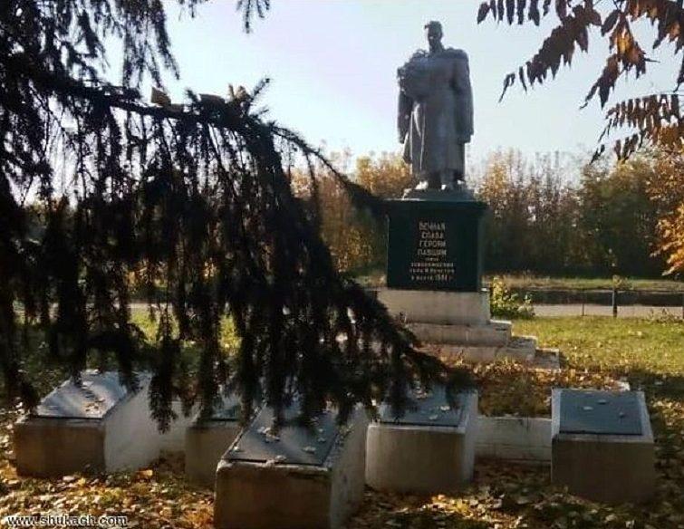 с. Великая Мечетня Кривоозёрского р-на. Памятник, установленный на братской могиле, в которой захоронено 82 советских воина, в т.ч. 21 неизвестный.