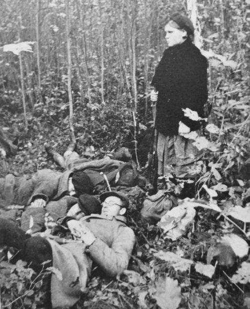 Партизанка охраняет сон бойцов партизанского отряда. Октябрь 1941 г.