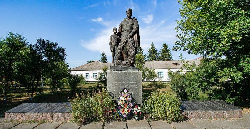 с. Кумейки Черкасского р-на. Памятник, установленный на братской могиле 12 партизан, 6 воинов - десантников и памятный знак воинам-землякам.