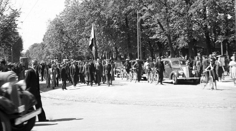 Колонны протестующих под защитой советской бронетехники направляются к президентскому дворцу в Кадриорге. 21 июня 1940 г.