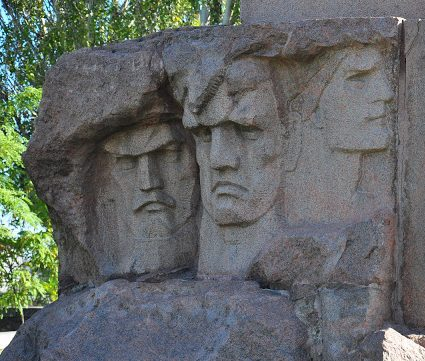 Барельефы на памятнике.
