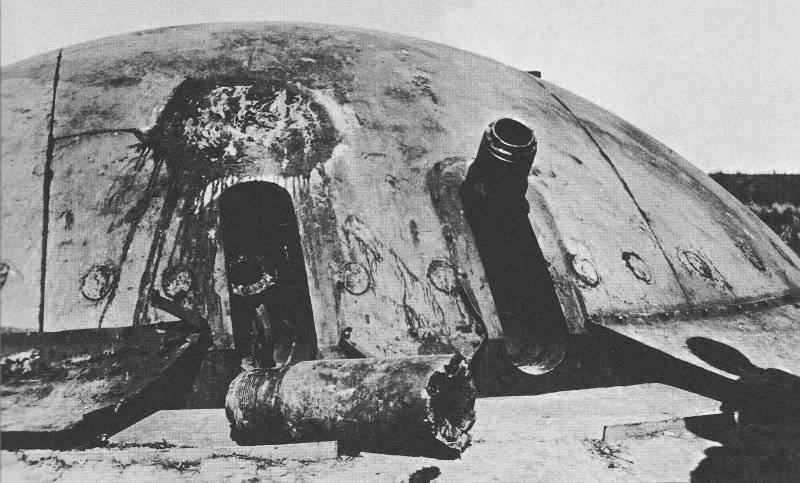 Взорванная башня форта Эбен-Эмаэль. Май 1940 г.