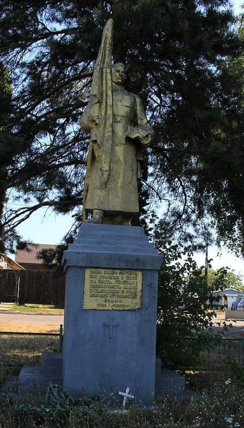 с. Лески Черкасского р-на. Памятник, установленный на братской могиле, в которой похоронено 39 воинов, погибших в боях за село.