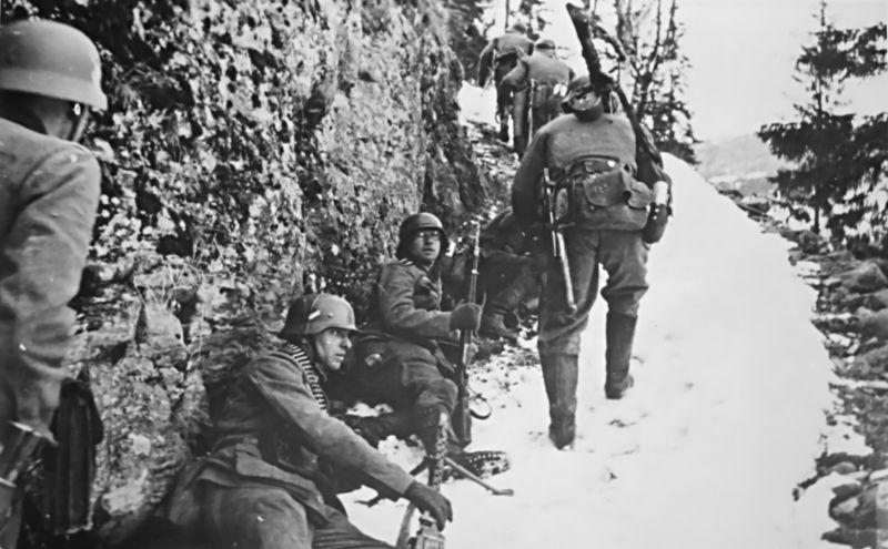 Немецкие солдаты под огнем на дороге южнее городка Багн во время вторжения в Норвегию. Апрель 1940 г.