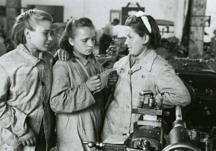 Девушки-подростки в механическом цеху. 1942 г.