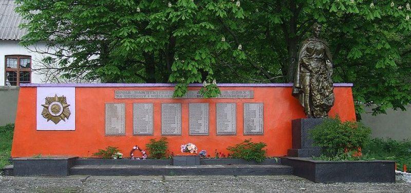 с. Мазурове Кривоозёрского р-на. Памятник, установленный в 1950 году на братской могиле, в которой похоронено 32 советских воинов.