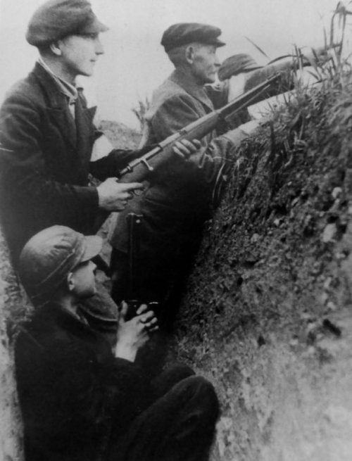 Ополченцы «фольксштурма» в окопе во время боевой подготовки. Октябрь 1944 г.