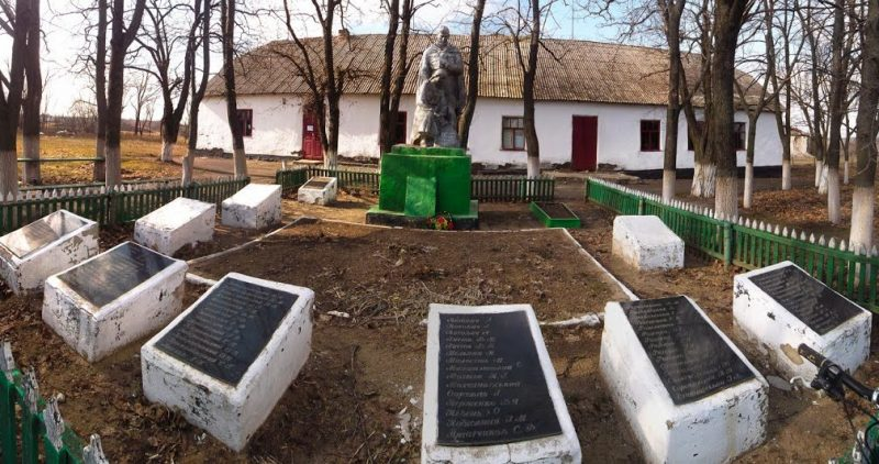 с. Токаревка Кривоозёрского р-на. Мемориал советским воинам.