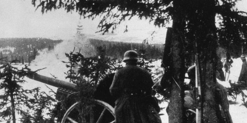 Расчет 105-мм немецкой полевой гаубицы ведет огонь в Норвегии. Апрель 1940 г.