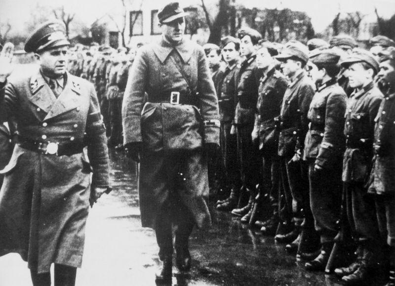 Руководитель окружного управления НСДАП и бургомистр Саарбурга Виктор Эйберс обходит строй батальона Фольксштурма. Октябрь 1944 г.