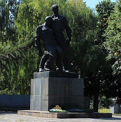 с. Лески Черкасского р-на. Памятник 336 односельчанам, в том числе Герою Советского Союза Гуриненко Н.Т.