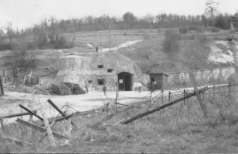Захваченный форт Эбен-Эмаэль. Май 1940 г.