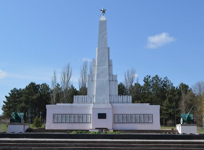 с. Ковалевка Николаевского р-на. Мемориал, установленный в 1949 году на братской могиле, в которой захоронено свыше 4 тысяч советских воинов частей и подразделений 4-й гвардейской дивизии, 40-й, 79-й и 74-й гвардейских стрелковых дивизий, 8-й гвардейской армии 3-го Украинского фронта, погибших при форсировании реки Южный Буг 18-24 марта 1944 года.