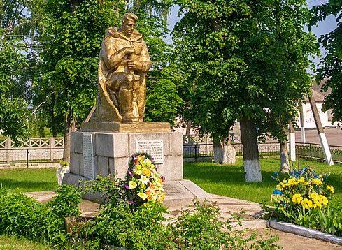с. Лозивок Черкасского р-на. Памятник, установленный на братской могиле, в которой похоронено 26 советских воинов, погибших при освобождении села.