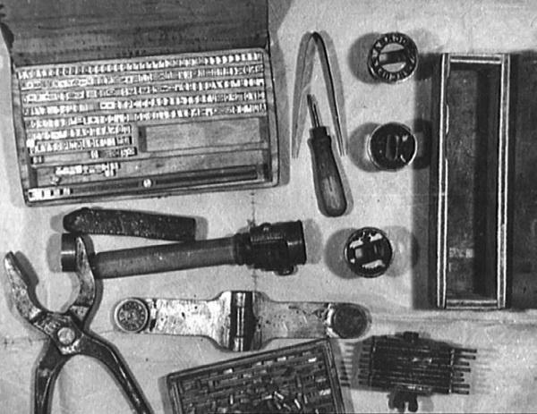 Оборудование для подделки печатей из экипировки агента.
