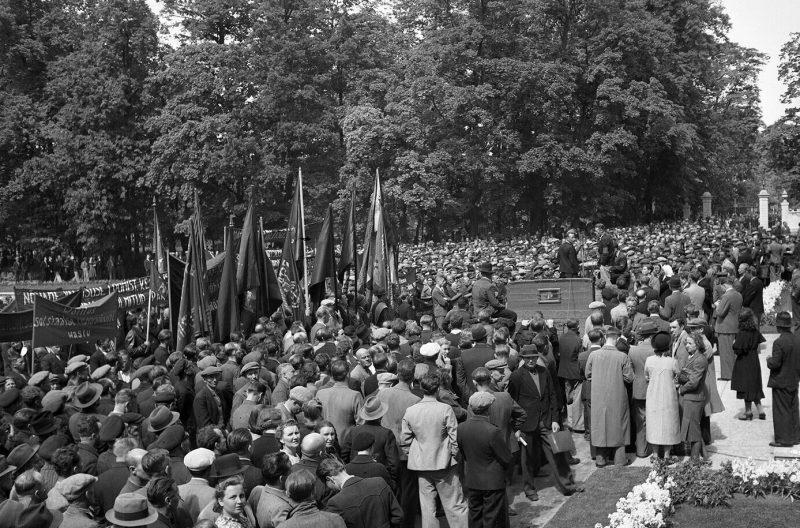 Митинг протестующих перед президентским дворцом в Кадриорге. 21 июня 1940 г.