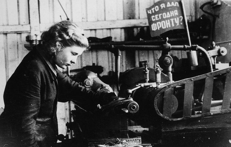Женщины в механическом цеху. 1942 г.