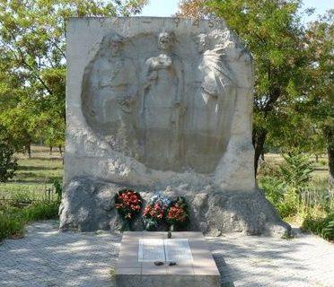 с. Кринички Николаевского р-на. Памятник погибшим односельчанам в годы войны.