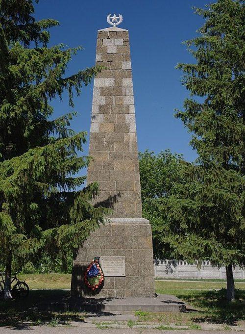 с. Мошны Черкасского р-на. Памятник погибшим воинам и партизанам.