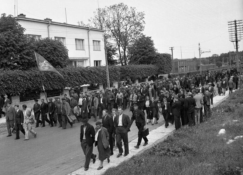 Колонна движется от Президентского дворца в сторону Центральной тюрьмы для освобождения так называемых политических заключенных. 21 июня 1940 г.