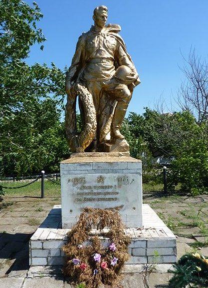 с. Нечаянное Николаевского р-на. Памятник, установленный на братской могиле, в которой похоронено 8 советских воинов, погибших в боях за село и памятный знак погибшим односельчанам.