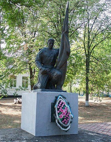 с. Грозовое Уманского р-на. Памятник, установленный на братской могиле советских воинов.