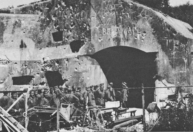 Немецкие солдаты у руин форта Эбен-Эмаэль. Май 1940 г.