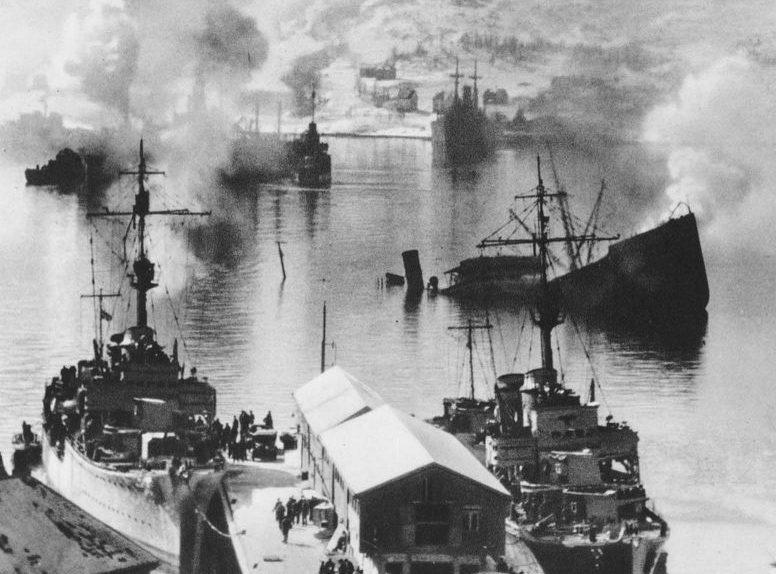 Немецкие эсминцы в порту, захваченного Нарвика. Апрель 1940 г.