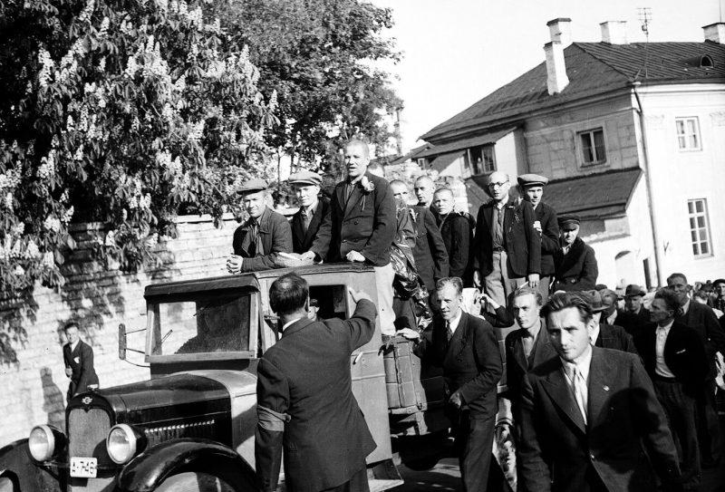 Бывшие заключенные в кузове грузовика по дороге на Тоомпе. 21 июня 1940 г.