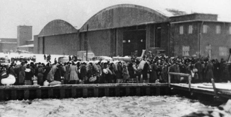 Беженцы на аэродроме. Январь 1945 г.